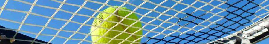 Tennisschlaeger-Ball-blauer-Himmel-cep-30